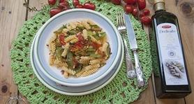 Fusilli senza glutine con baccelli di fave, pomodorini e coriandoli di peperone - IdeeRicette.it